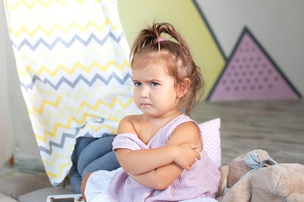 邪悪な少女。コンセプトサインとジェスチャー、感情。動揺の少女。怒り、失望、危害、コピースペースの概念。孤独におびえた小さな子供、目をそらして、見捨てられた気分を害する