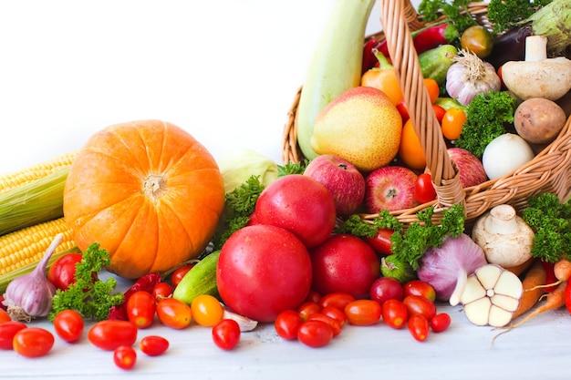 Плетеная корзина с органическими фруктами и овощами. здоровое питание.