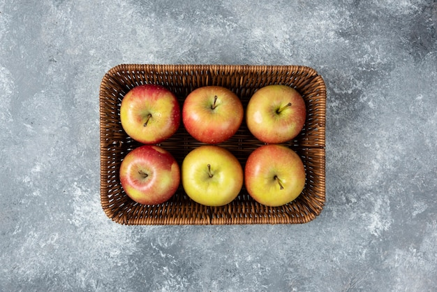 대리석 표면에 신선한 육즙 사과 바구니.