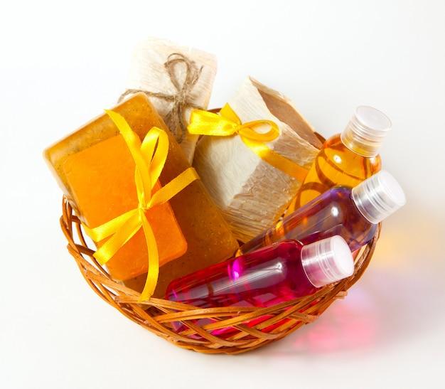 Плетеная корзина вин с косметическими средствами по уходу за телом на wtite