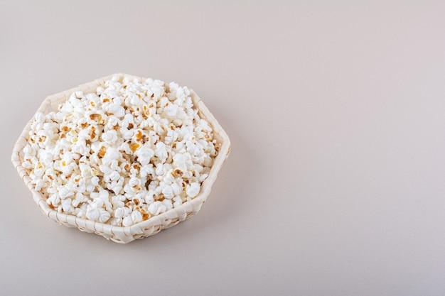Cestino di vimini di popcorn salati per la serata al cinema