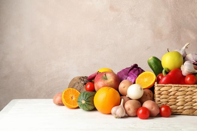 枝編み細工品バスケット、野菜、果物のテキストの白い木製スペース