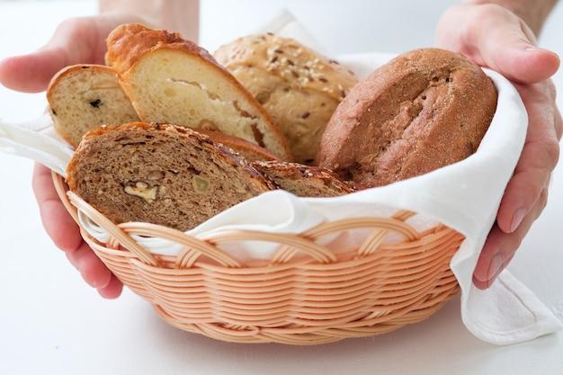손에 빵 구색 바구니입니다.