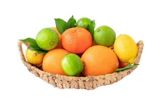 白い背景で隔離の柑橘系の果物と籐のバスケット