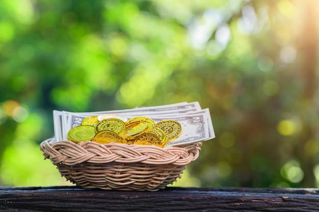 Плетеная корзина с монетами и банкнотами