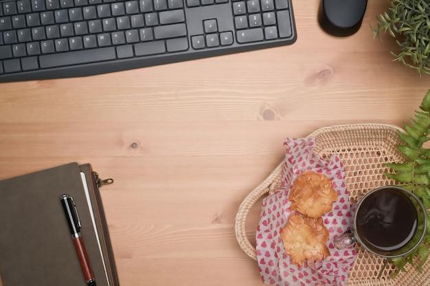 Плетеная корзина с печеньем и кофейной чашкой на деревянном столе.