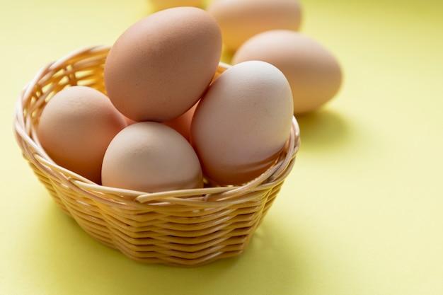 방목 계란이 있는 고리버들 바구니
