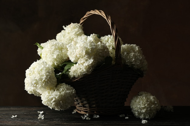 Плетеная корзина с цветами гортензии. весеннее растение