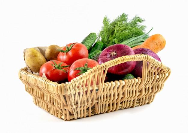 Плетеная корзина с овощами