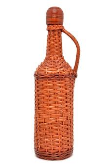 白い表面に分離されたワインの枝編み細工品ボトル