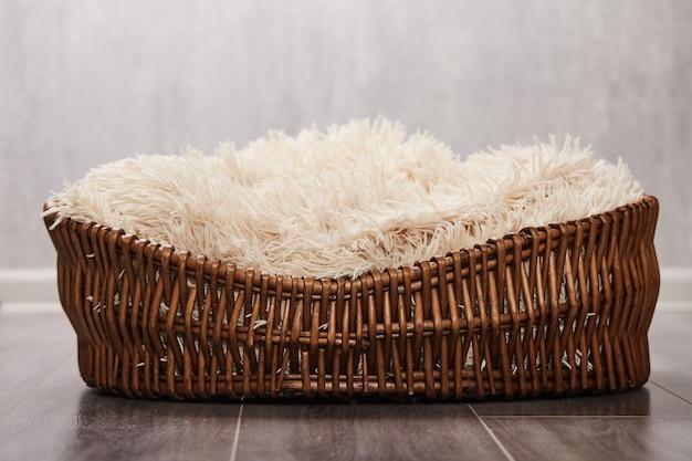 Плетеная коричневая корзина для фотографии новорожденных