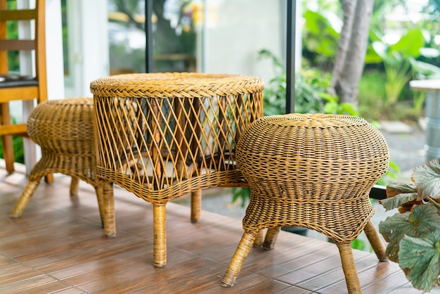 Украшение набора плетеных или ротанговых стульев на балконе