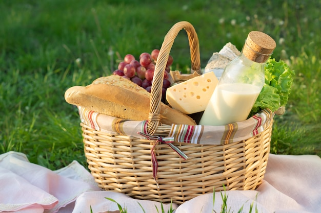 Плетеная корзина для пикника с едой