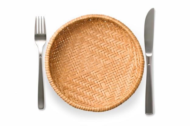 Плетеная тарелка изолирована