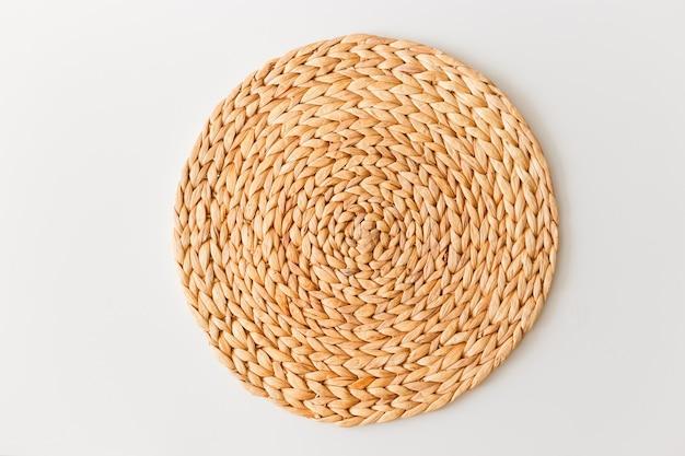 Стойка плетеной соломы изолированная на белой предпосылке. плоская планировка, вид сверху минимальный шаблон социальных медиа