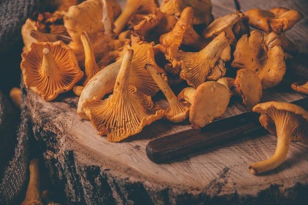 木製のテーブルにアンズタケの枝編み細工品トレイ
