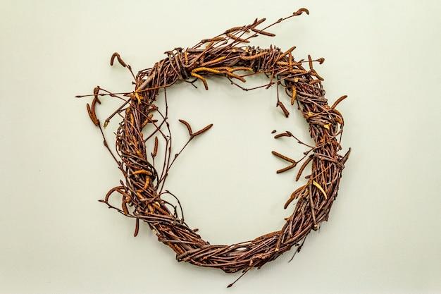 白樺の枝の枝編み細工品リース。イースターの無駄、diyの概念。デザイン要素と装飾。明るい背景