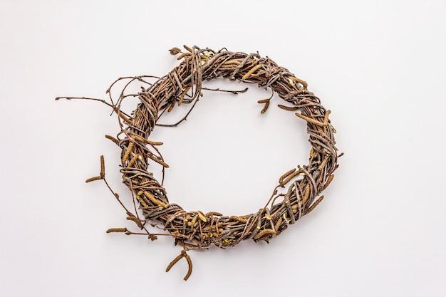 白樺の枝が白い背景で隔離の枝編み細工品リース。イースターの無駄、diyのコンセプト