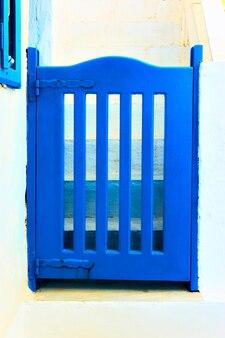 그리스 산토리니의 전통적인 파란색으로 칠해진 개찰구