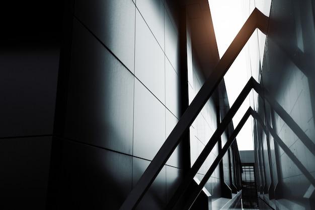 Широкоугольный абстрактный фон вид стального светло-голубого высотного коммерческого здания небоскреба из стекла. концепция успешной промышленной архитектуры и здания офисного центра