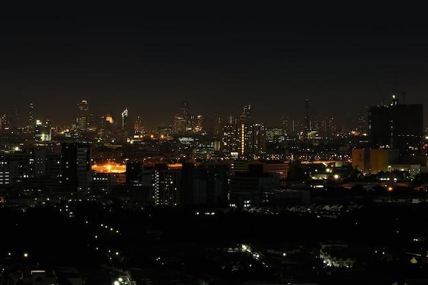 Широкий угол городского пейзажа на ночной сцене