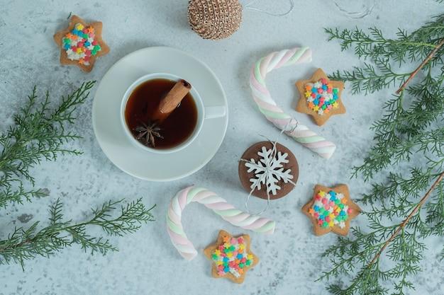 Foto grandangolare di biscotti fatti in casa con tè profumato.