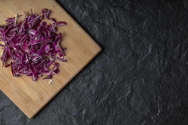 Широкоугольное фото нарезанной фиолетовой капусты. фото высокого качества