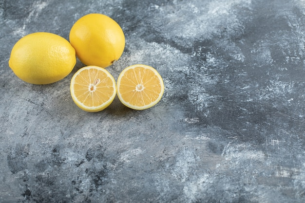 하프 컷과 전체 레몬의 광각 사진. 고품질 사진