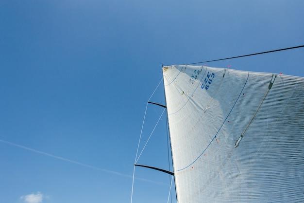 Foto grandangolare di due vele piene di vento forte