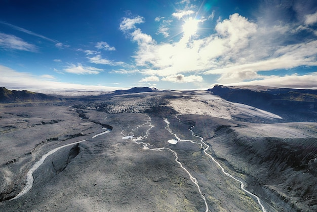昼間の山脈の広角写真