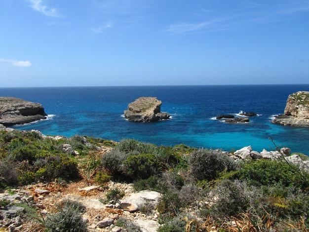 Colpo grandangolare dell'isola di comino a malta sotto un cielo blu