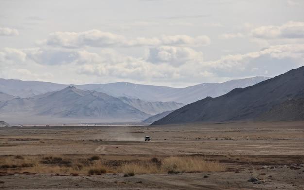 Colpo grandangolare di un vasto paesaggio di fronte alle montagne