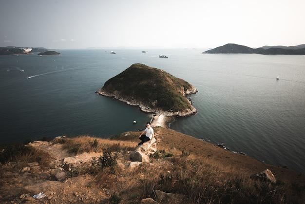 Colpo grandangolare del monte johnston circondato dall'acqua a hong kong