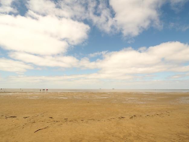 雲に覆われた空の下の砂漠の広角ショット