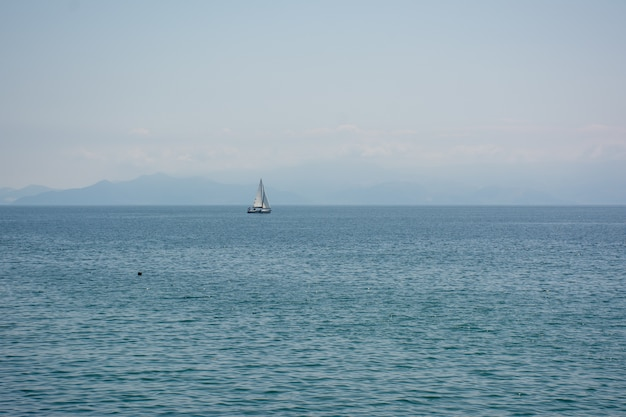바다 위로 항해하는 선박의 와이드 앵글 샷