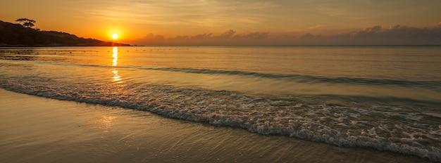 バナーの背景のチルトシフトレンズから夏の熱帯の海の美しい日の出の広角ショット