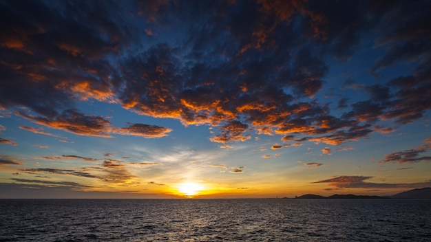 Широкоугольный снимок красивого заката над тропическим морем в летнее время с объектива с наклоном и сдвигом в формате full hd