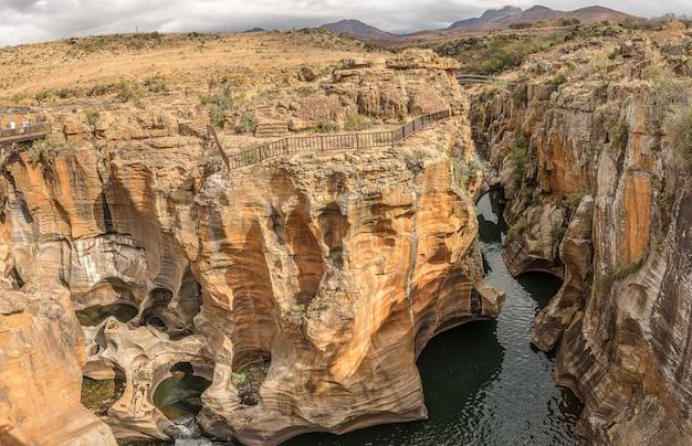 Широкоугольный снимок выбоин удачи бурка в мормеле, южная африка, днем