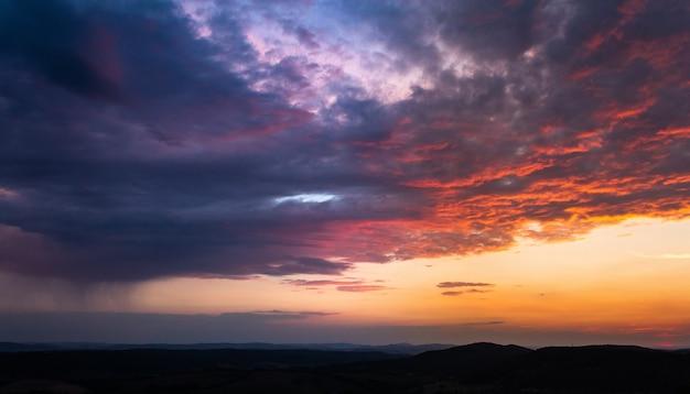 여러 색상으로 칠해진 일몰 동안 하늘에 여러 구름의 와이드 앵글 샷