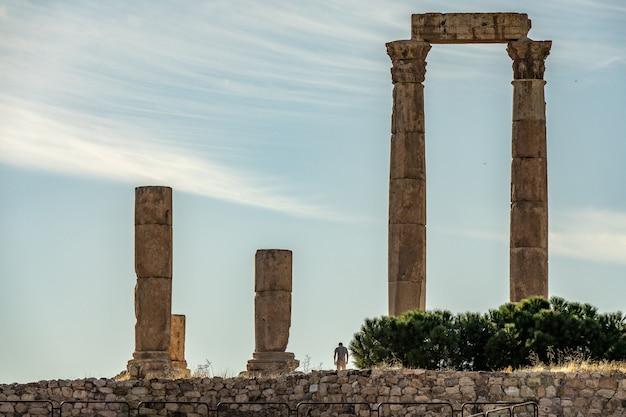 Широкоугольный снимок храма геркулеса в иордании под голубым небом