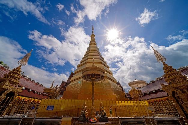タイ、プレー州のワットプラタートチョヘ寺院の黄金の塔の広角ビュー、宗教的な神聖な古代寺院の旅行先