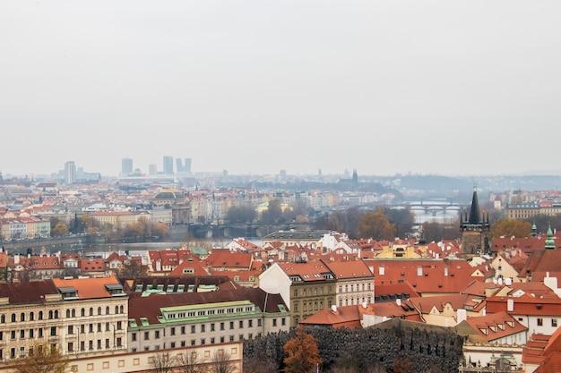 曇り空の下でプラハの建物の広角ビュー