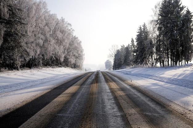 Широкая асфальтированная дорога в зимний период