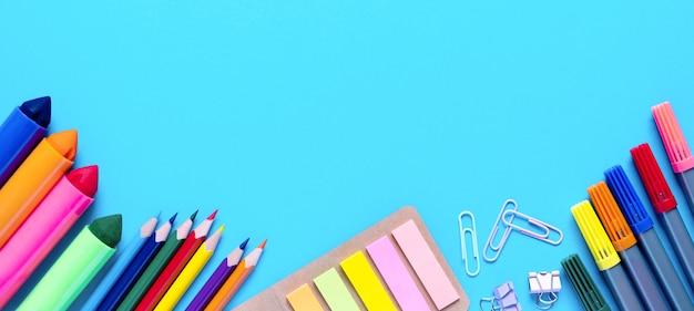 넓은 배너 다채로운 연필 펠트 펜 브러쉬 스티커 및 편지지 평평한 평신도 학교 사무실