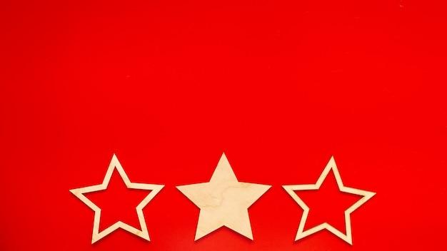 Широкий баннер красный фон с тремя деревянными звездами внизу в ряду
