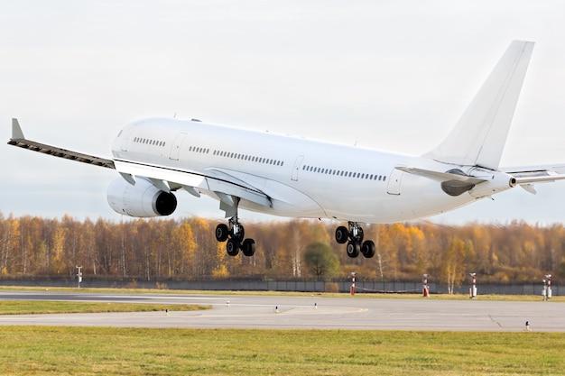 Современный широкофюзеляжный пассажирский самолет едва не приземлился на взлетно-посадочной полосе. низко над взлетно-посадочной полосой.