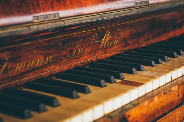 Широкий крупным планом выстрел из коричневой фортепианной клавиатуры