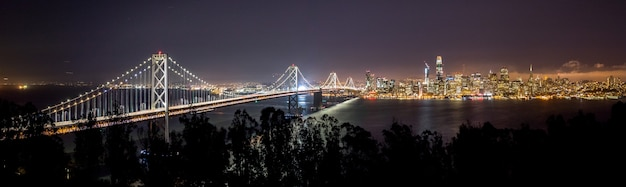 야간 동안 샌프란시스코 시티 뷰의 넓은 컷 먼 샷