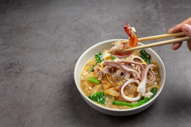 Широкая лапша в соусе из морепродуктов или rad na