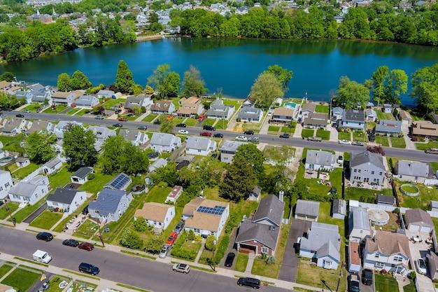 米国ニュージャージー州の池の近くのセアビルの町の美しい住宅街にある、広いパノラマ、背の高い一戸建ての空中写真